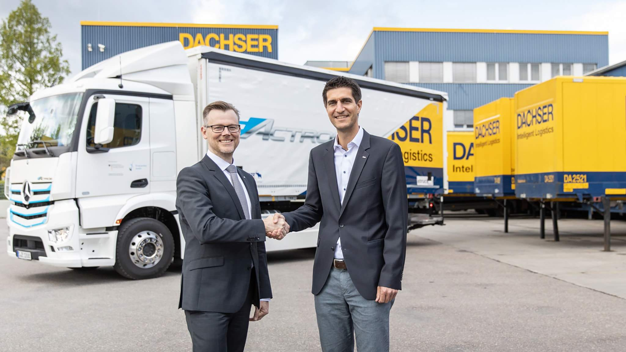 left to right: Martin Kehnen, Head of CharterWay Rental & Major Customer Management at Mercedes-Benz Trucks Germany hands over the keys to the Mercedes-Benz eActros to Markus Maurer, General Manager of DACHSER's Kornwestheim (Stuttgart) branch